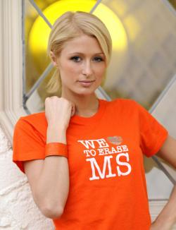 Paris Hilton mit MS T-Shirt